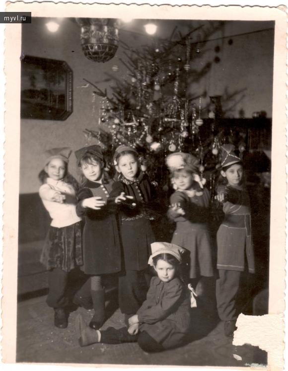 Дети советских офицеров у новогодней ёлки в Берлине. Новый 1947 год.