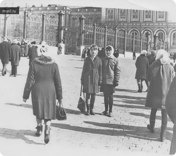 Перед экскурсией в Оружейную Палату Кремля.