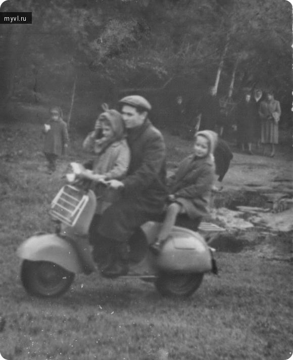 катание на мотороллере в родительский день 1959 год